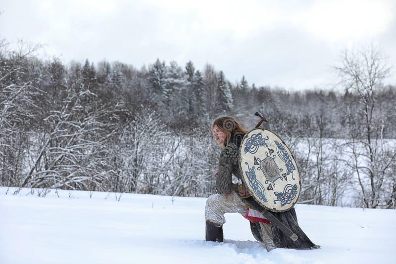 Verteidiger der junge Krieger in der Postrüstung stockfotos