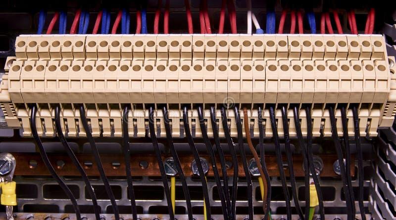 Verteiler für elektrische Verbindung und Erdungsklemmen für die Erdung in der Steuerzelle Abschluss oben stockfotos