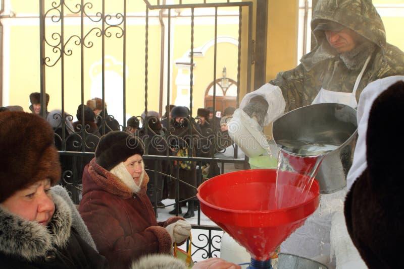Verteilung der Leute des heiligen Wassers stockfotos
