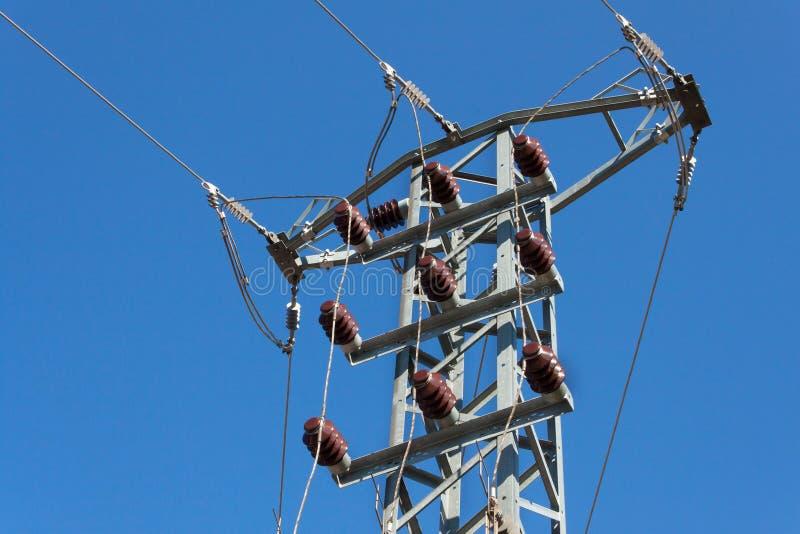 Verteilung elektrische Energie Spaltenhochspannungsleitungen Energiegewinnung stockbild
