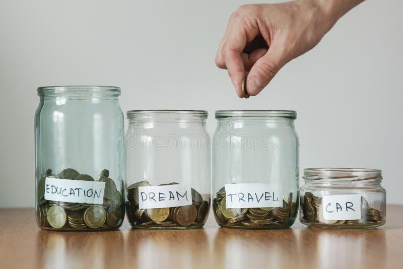 Verteilung von Bargeldeinsparungen Konzept, Geldkästen stockfotos