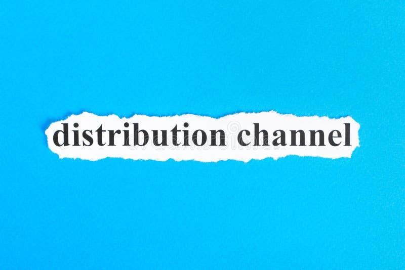 Verteilungstext auf Papier Wort-Verteilung auf heftigem Papier Figürchen, die auf dem Recht und dem Rest auf einem lizenzfreies stockbild
