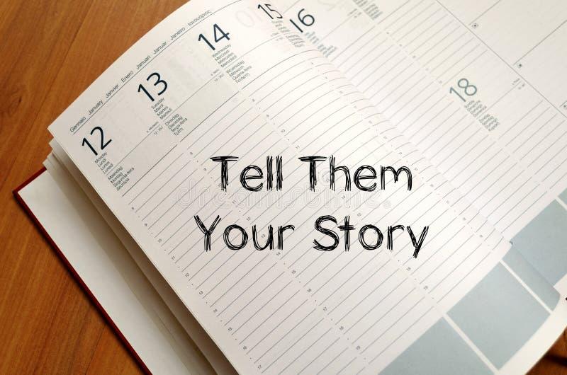 Vertel hen uw verhaal schrijven op notitieboekje royalty-vrije stock fotografie