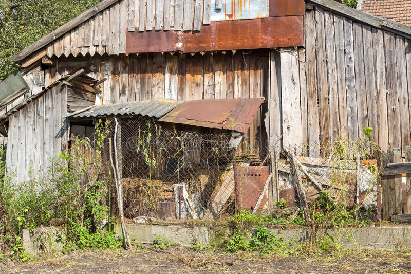 Vertente para os sem abrigo Casa abandonada Lote velho do jardim fotografia de stock