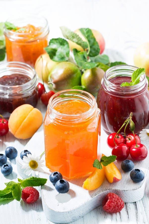 Verticaal assortiment van zoete jam en seizoengebonden vruchten, royalty-vrije stock fotografie