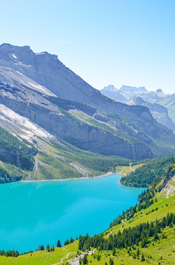 Verticaal beeld van het verbazen Oeschinensee, Oeschinen-Meer, in Zwitserse Alpen door Kandersteg Turkoois meer met binnen bergen stock foto
