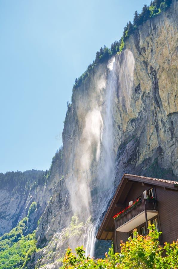 Verticaal beeld van mooie Staubbach-Dalingen van Lauterbrunnen, Zwitserland Verbazende waterval in populair Alpien dorp Toerist stock afbeelding