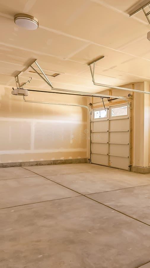 Verticaal Binnenland van de lege garage van een huis met onvolledig muren en plafond royalty-vrije stock fotografie