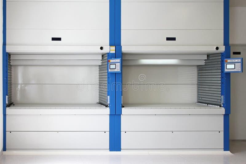 Download Verticaal Carrouseldienblad Stock Afbeelding - Afbeelding bestaande uit industry, pakhuis: 39116643
