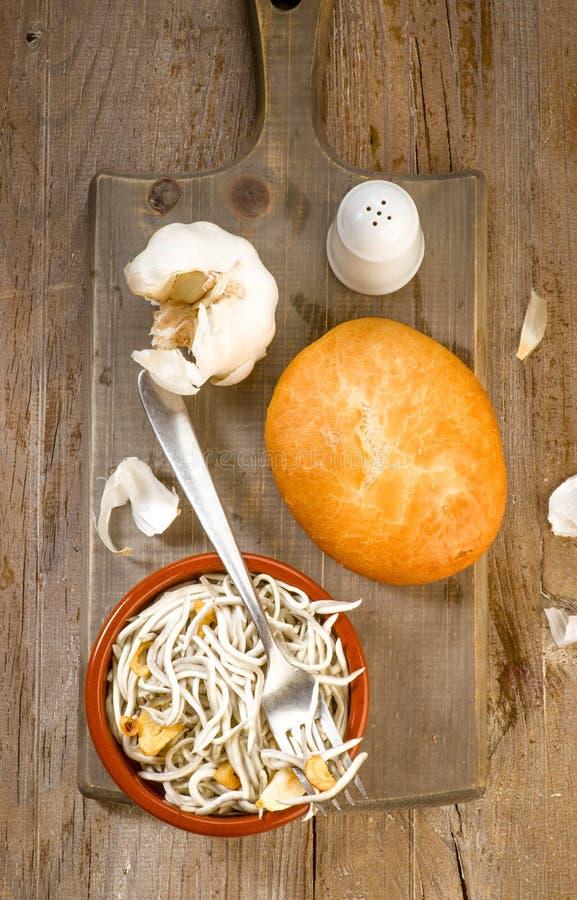 Verticaal die gebraden paling met brood en zout maken royalty-vrije stock afbeeldingen