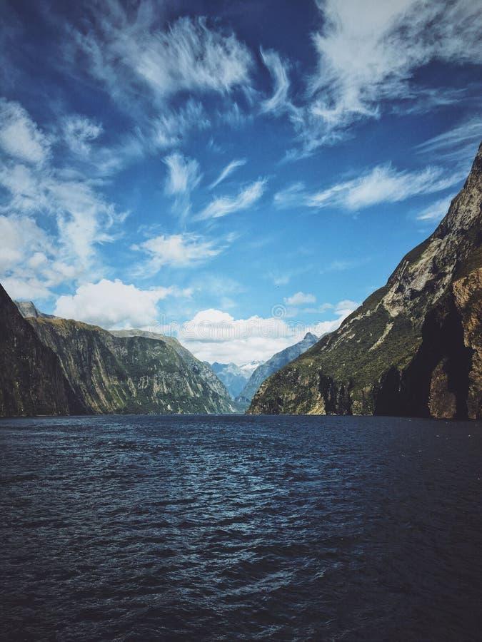 Verticaal die van een meer in het midden van berg twee wordt geschoten royalty-vrije stock foto's