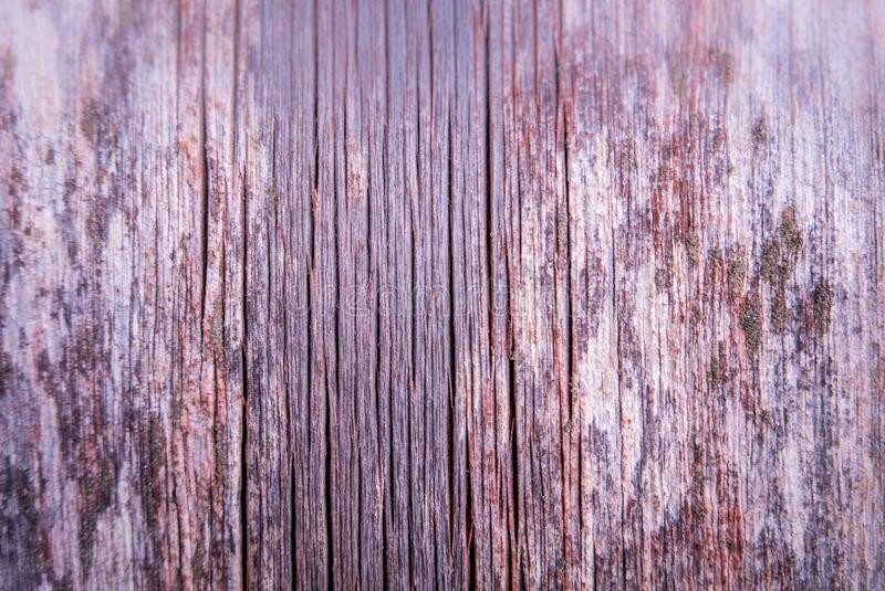 Verticaal oud doorstaan houten raadsbehang met rode verf rem stock afbeelding