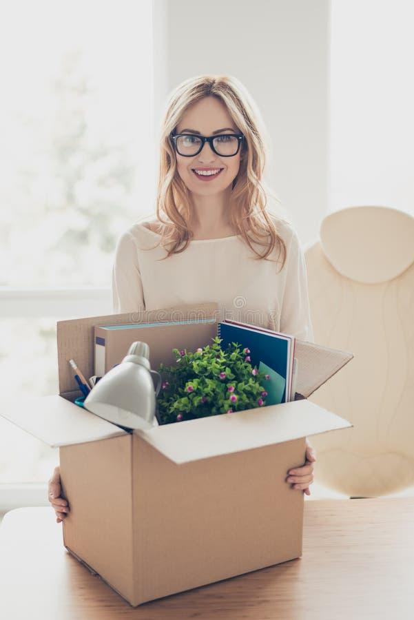 Verticaal portret van gelukkige blije vrolijke vrouw op nieuw kantoor van stock foto