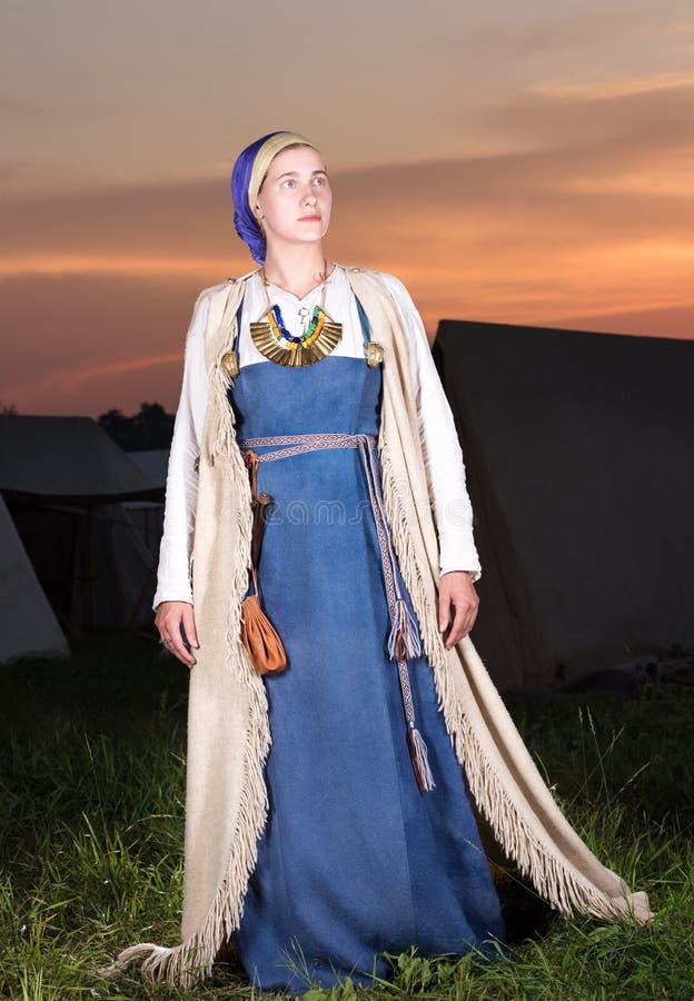 Verticaal portret in volledige lengte van een jonge vrouw in historisch kostuum stock afbeeldingen