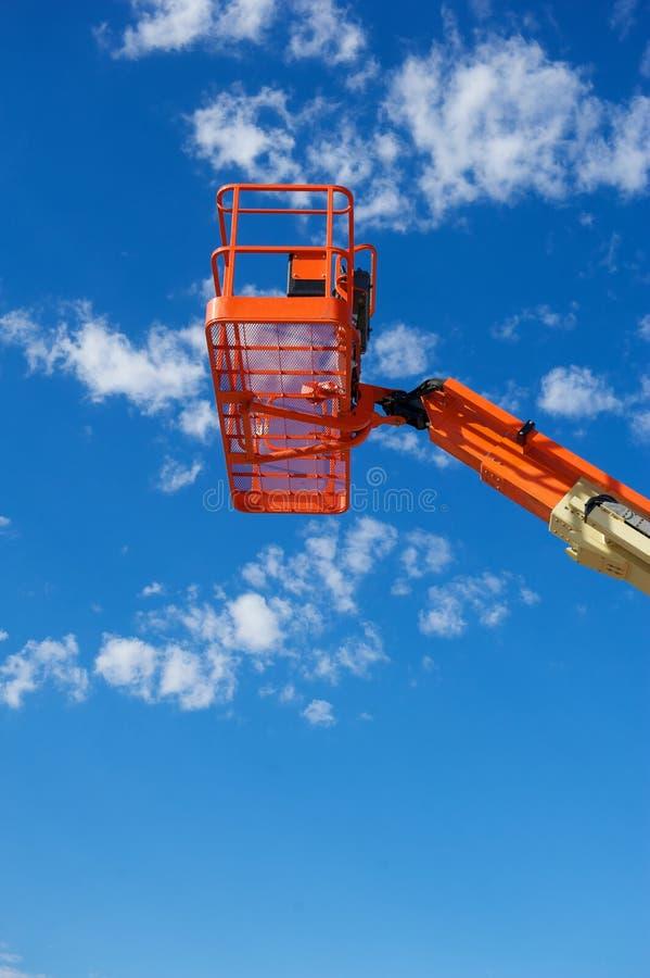 Verticaal Schot van een Oranje Hydraulische Bouwlift stock foto's