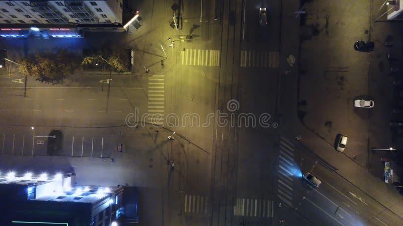 Verticaal top down luchtmening van verkeer op straatkruising bij nacht Antenne, verticaal - Verkeer bij nacht stock afbeeldingen