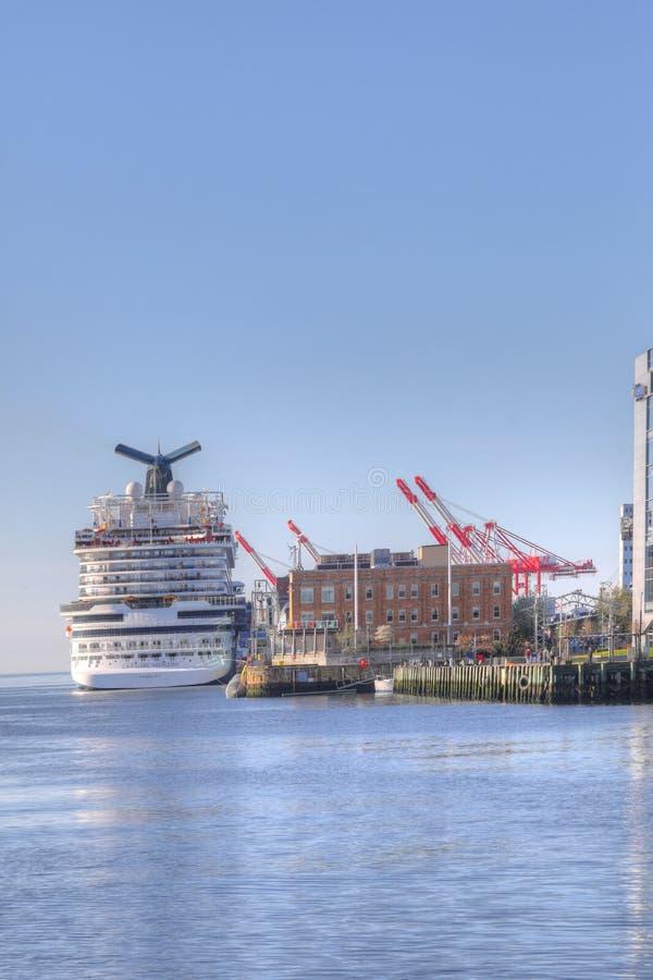 Verticaal van van Cruiseschip in Halifax, Nova Scotia-harbou wordt gedokt die stock foto's