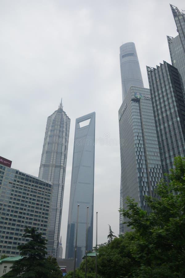 Verticaal van de lange bouw dicht bij elkaar op een bewolkte dag in Shanghai wordt geschoten dat stock foto