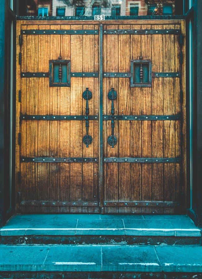 Verticaal van een bruine houten deur wordt geschoten die stock afbeelding