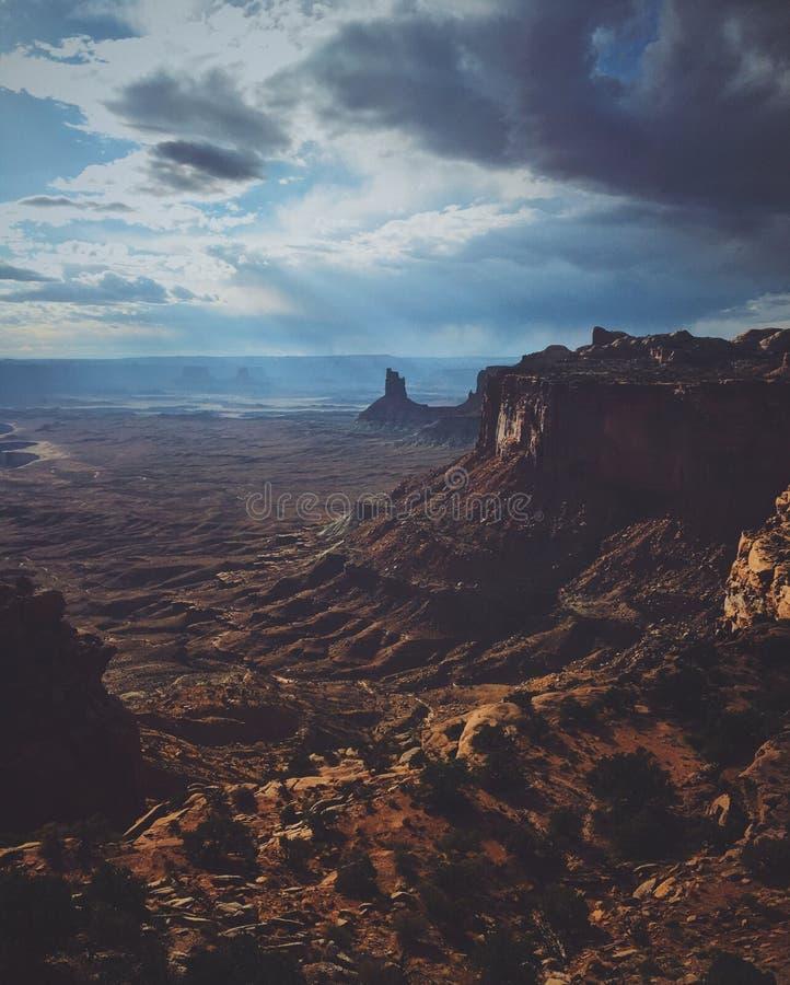 Verticaal van een woestijnberg wordt geschoten met een bewolkte hemel die stock afbeelding