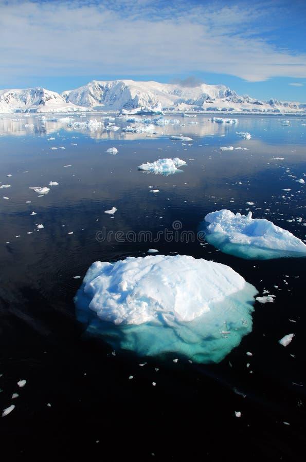 Verticaal van ijsberg in antarctisch landschap stock afbeeldingen