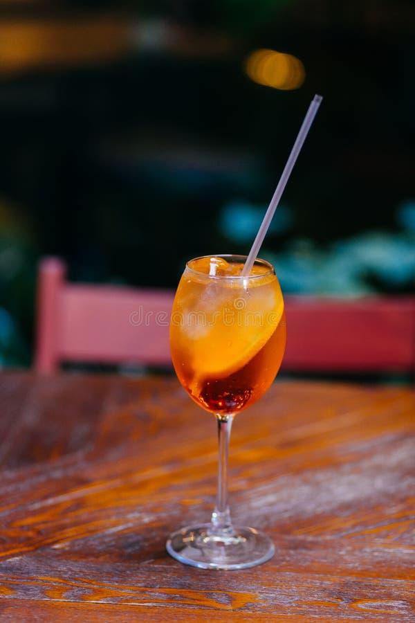 Verticaal van verse zoete aperol spiritz cocktail wordt geschoten met plak van sinaasappel, op houten lijst in koffie die Restaur royalty-vrije stock foto