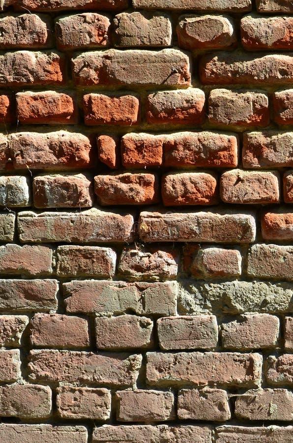 Vertical ścienna tekstura kilka rzędy bardzo stary brickwork robić czerwona cegła Rozbijający i uszkadzający ściana z cegieł z us obrazy stock