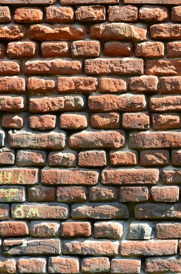 Vertical ścienna tekstura kilka rzędy bardzo stary brickwork robić czerwona cegła Rozbijający i uszkadzający ściana z cegieł z us fotografia royalty free