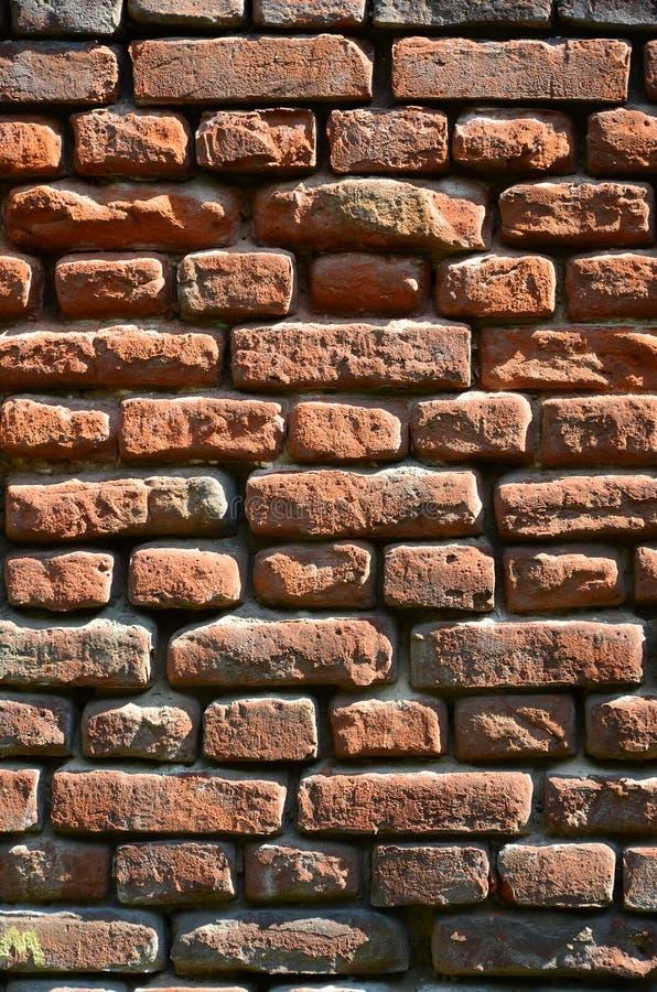Vertical ścienna tekstura kilka rzędy bardzo stary brickwork robić czerwona cegła Rozbijający i uszkadzający ściana z cegieł z us zdjęcie stock