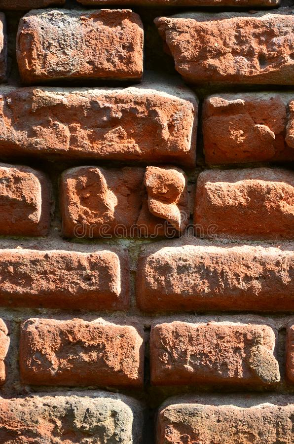 Vertical ścienna tekstura kilka rzędy bardzo stary brickwork robić czerwona cegła Rozbijający i uszkadzający ściana z cegieł z us zdjęcia stock