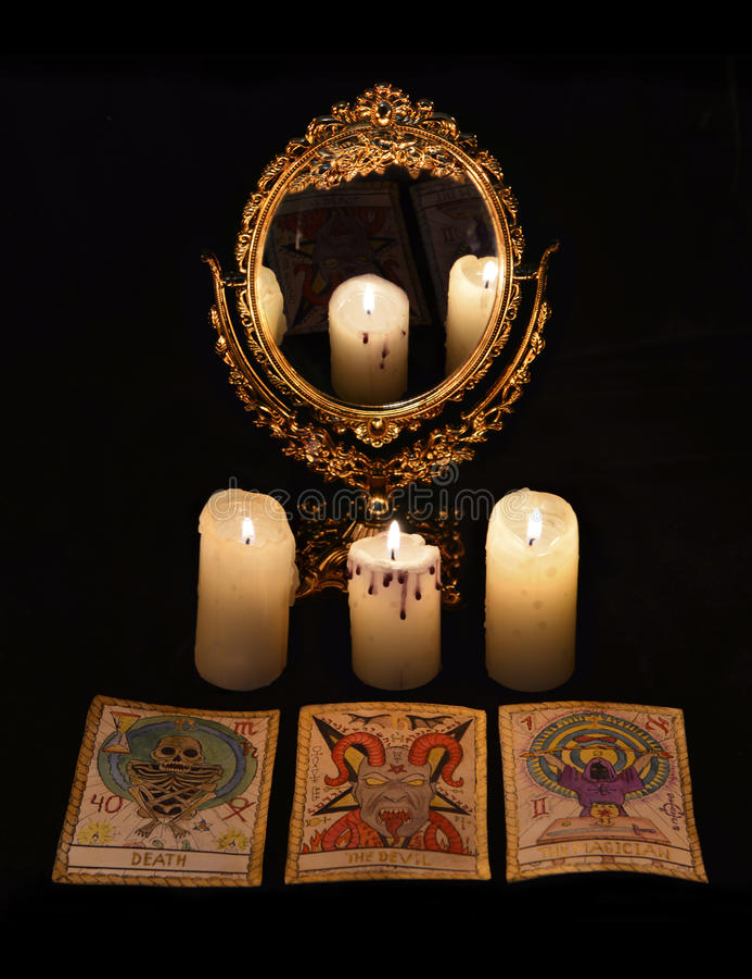 Vertical życie z wróżba obrządkiem wciąż protestuje mirrow i tarot karty - obrazy royalty free