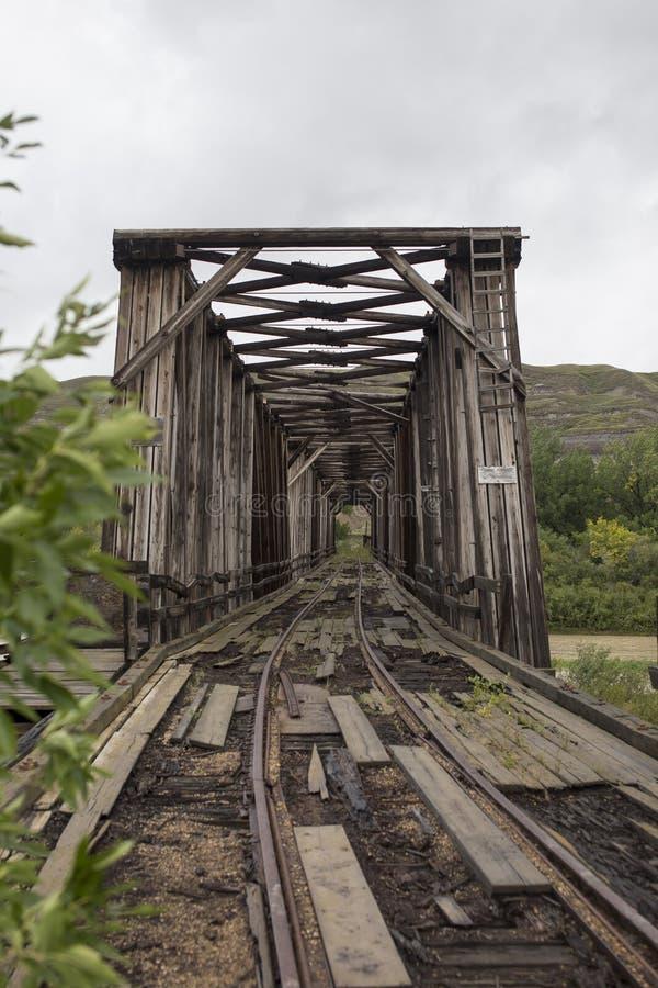 Vertical abandonado da ponte do trem longe fotos de stock royalty free