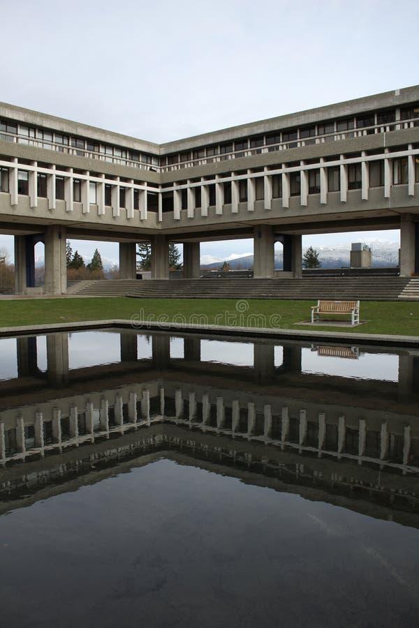 Vertical de la reflexión de la universidad de Simon Fraser imagen de archivo libre de regalías