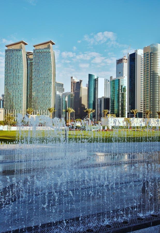 Vertical de las torres y de la fuente de Doha imágenes de archivo libres de regalías