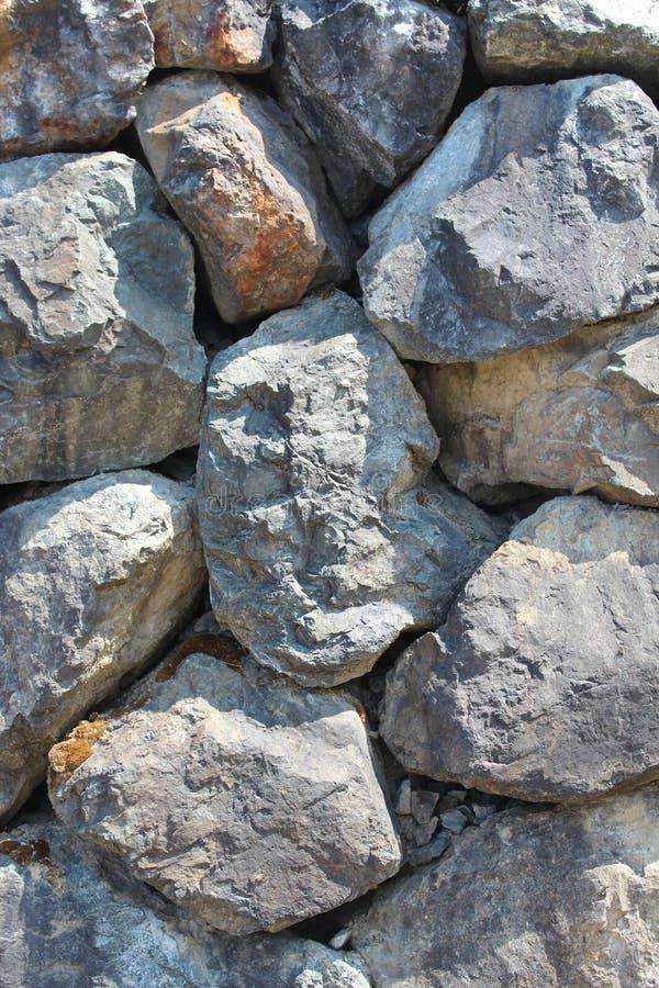 Vertical de pedra seco da parede de retenção do pedregulho imagens de stock