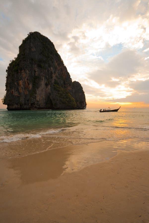 Vertical de Tailândia da praia de Railay do barco do por do sol fotos de stock royalty free