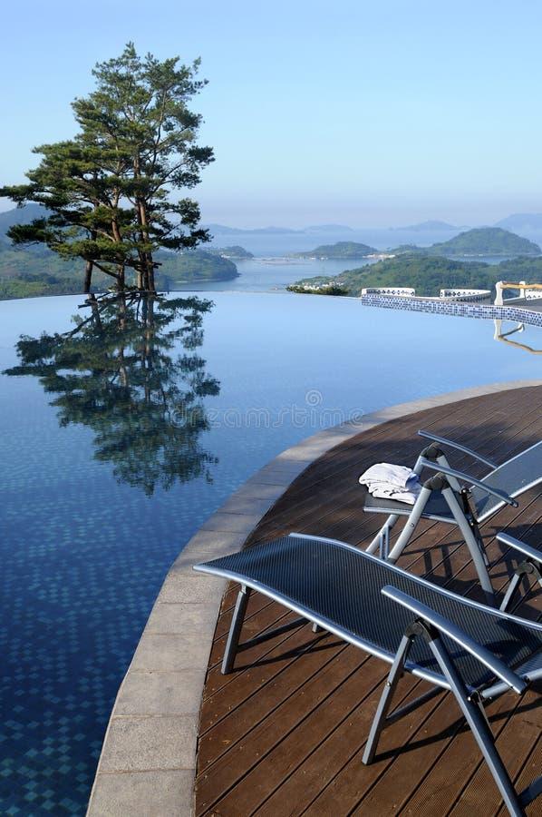 Vertical del verano de la piscina del infinito del hotel de balneario fotos de archivo