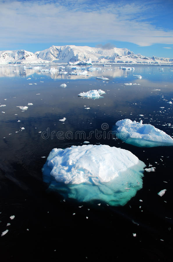 Vertical do iceberg na paisagem antárctica imagens de stock