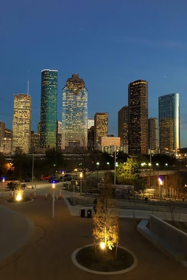 Vertical Houston linia horyzontu przy półmrokiem zdjęcia stock