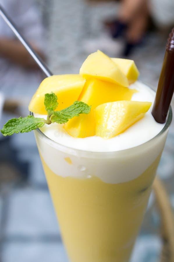 Vertical Plcture del Smoothie del yogur del mango imagen de archivo libre de regalías