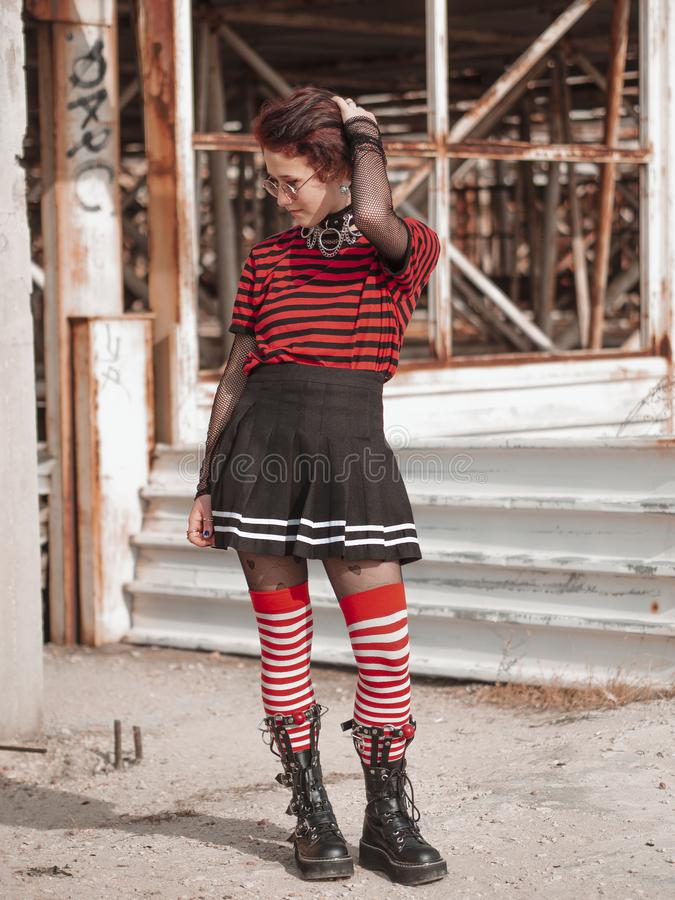 Vertical Shot Alternative Gothic Girl auf einem verlassenen Baugrund Emo Teenager lizenzfreie stockbilder
