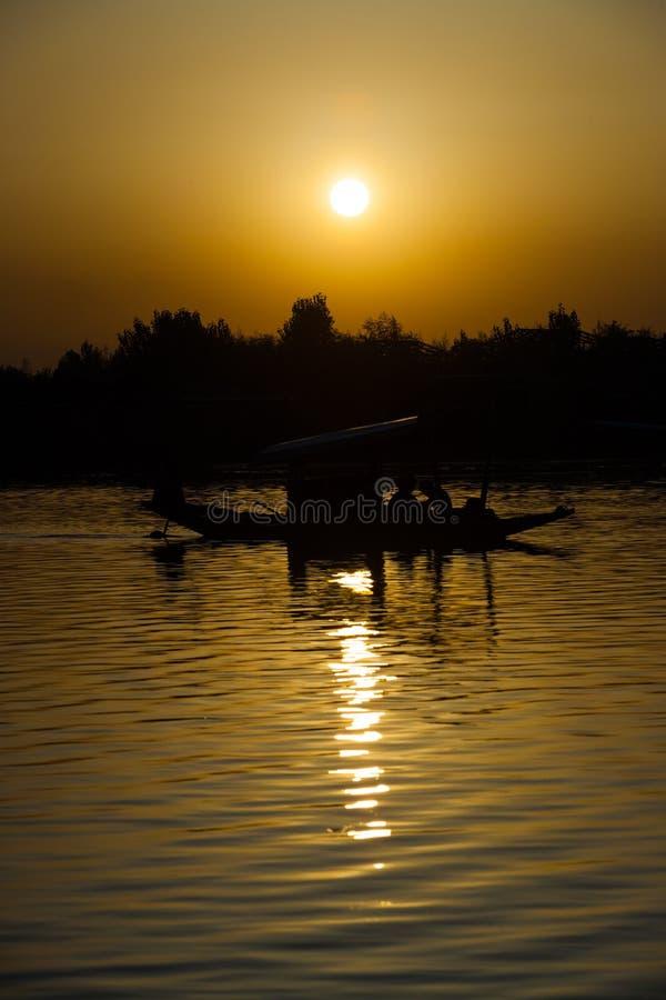 Vertical Srinagar do centro do por do sol do barco do lago Dal imagens de stock royalty free
