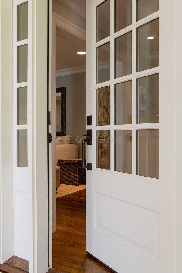 Vertical strzał otwarty, drewniany dzwi wejściowy, zdjęcia royalty free
