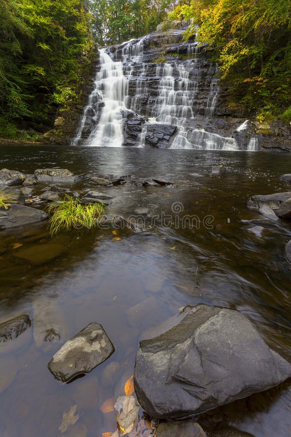 Free Vertical View Of Barberville Falls During Fall Royalty Free Stock Images - 100985519