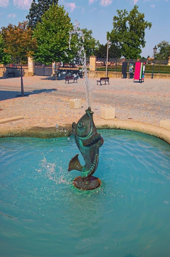 Vertical, zakończenie up strzelał Piękną antyczną fontannę blisko Litomysl Castel zdjęcie stock