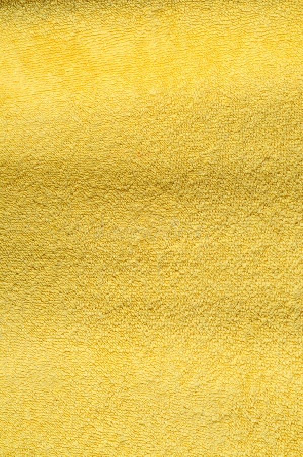Verticale étroite sur une serviette jaune de serviette éponge, photo stock