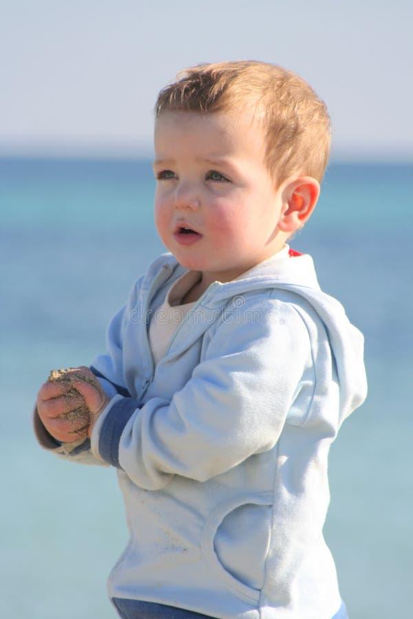 Verticale 03 de plage de petit garçon image libre de droits