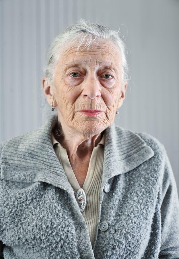 Verticale aînée de femme photographie stock