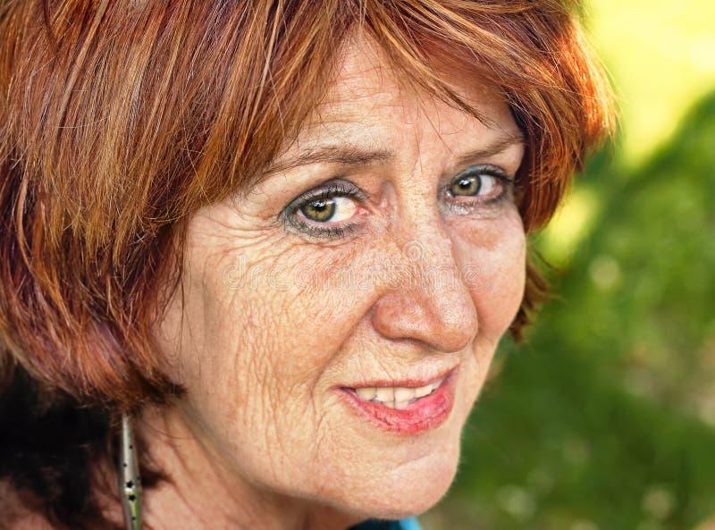 Verticale aînée de femme de cheveu rouge photos libres de droits