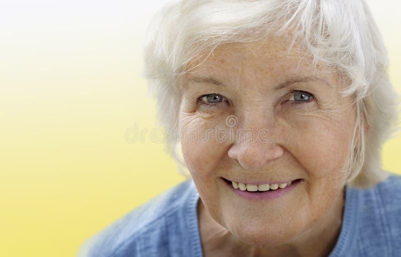 Verticale aînée de femme sur le jaune photographie stock libre de droits